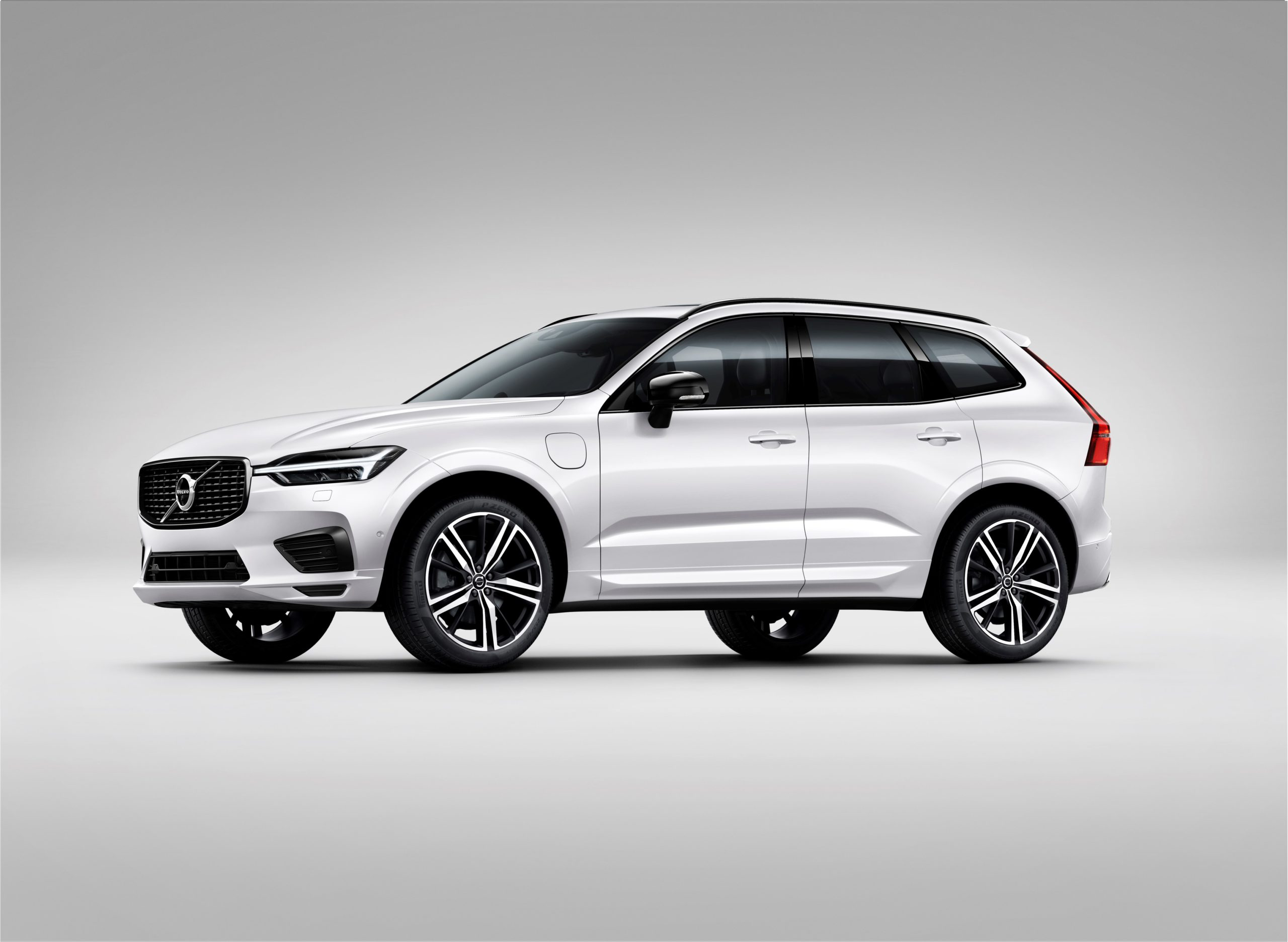 265694 XC60 Recharge plug in hybrid R Design expression in Crystal White Pearl